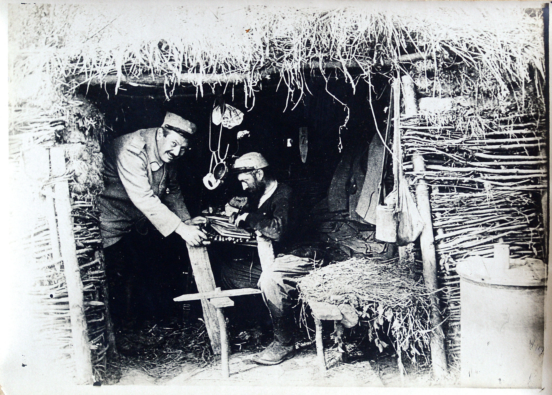 20130708 Almelo - repro's foto's van Almeloer Jules Hedeman. o.a. als soldaat staand met geweer aan de voet. Hedeman sneuvelde voor Verdun in 1916. Editie AL Spectrum TT20130708 foto Toma Tudor